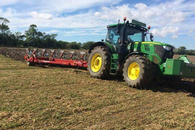Техника для обработки почвы и растений от компаний Kverneland и John Deere
